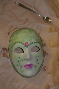 Prototype de masque, la peinture et les dessins sont très approximatifs...